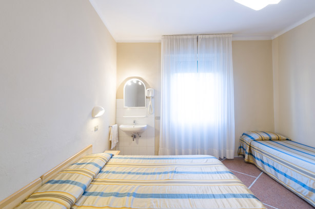 Camera quadrupla con bagno in comune