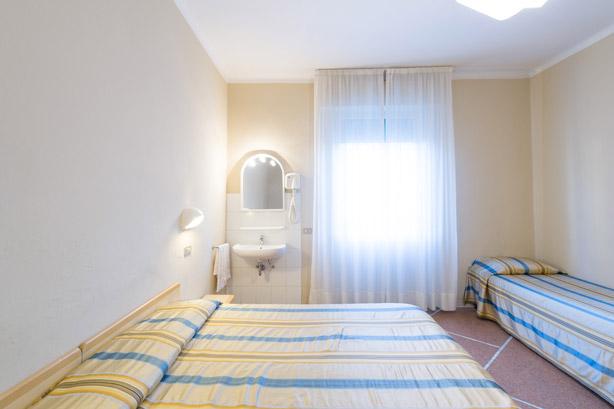 Camera quadrupla con bagno in comune hotel moderno
