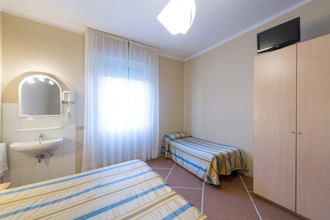 Camera quadrupla con bagno in comune hotel moderno - Camera con bagno ...