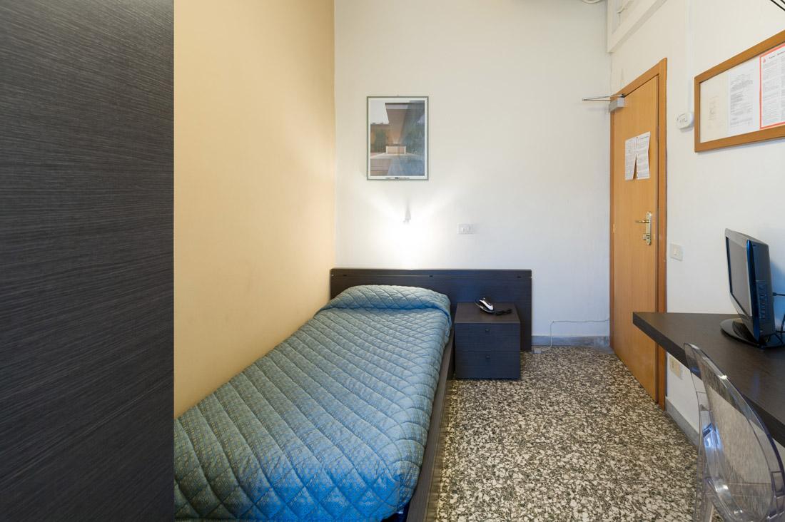 Camera singola con bagno in comune hotel moderno for Sito camera