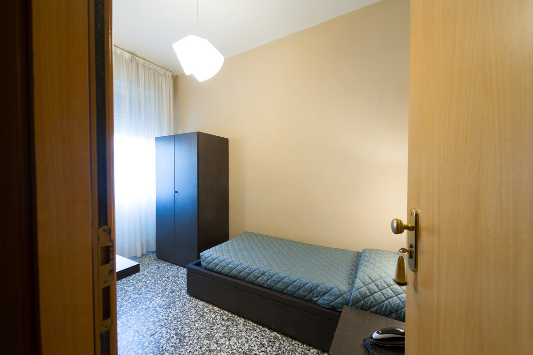 Camera singola con bagno in comune hotel moderno - Camera con bagno ...
