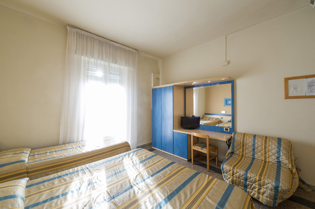Camera tripla con bagno hotel moderno - Bagno in camera moderno ...