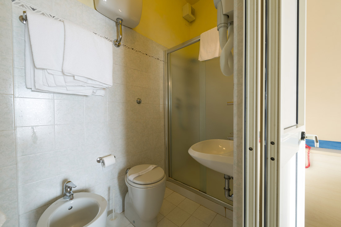 Camera tripla con bagno hotel moderno - Camera con bagno ...