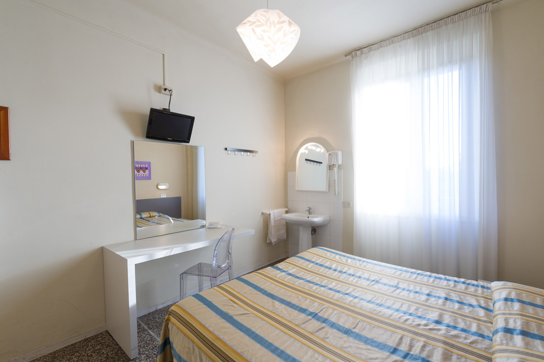 Camera doppia con bagno in comune hotel moderno - Camera con bagno ...