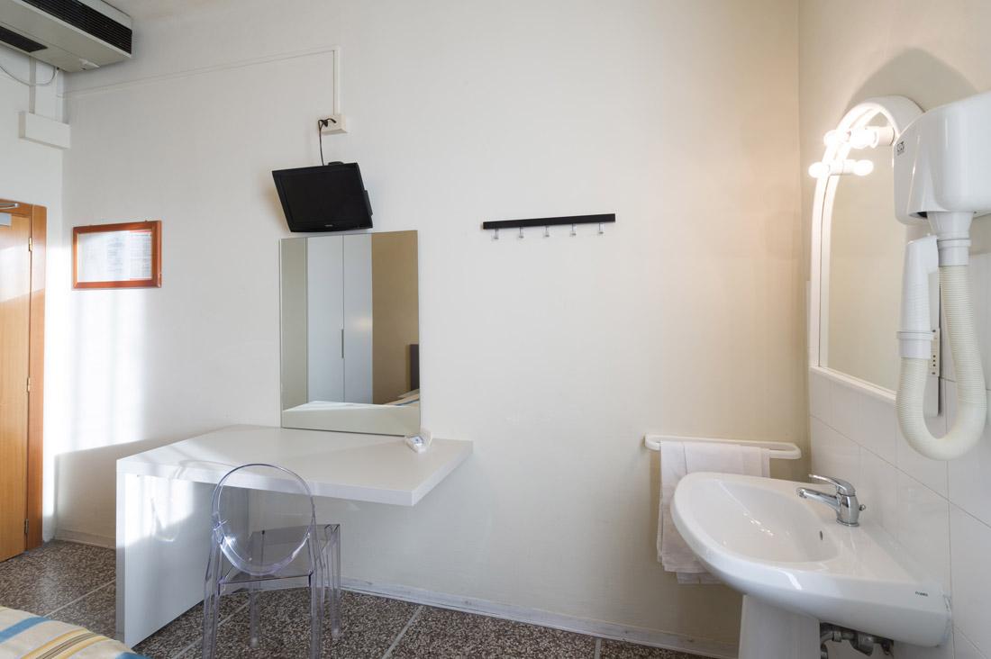 Camera doppia con bagno in comune hotel moderno - Bagno in comune ...